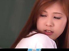 Азиатская школьница, Nozomi Nishiyama собирается спуститься и грязный с ее любимым учителем